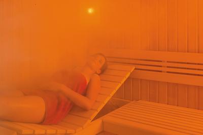 Femme nue dans un sauna mixte