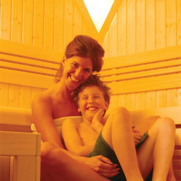Moment de détente entre une mère et son fils dans un sauna