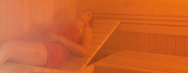 Femme étendue lors dune séance de sauna humide