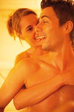 Détente en couple dans un sauna