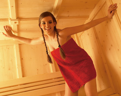 Jeunne fille en serviette dans un sauna